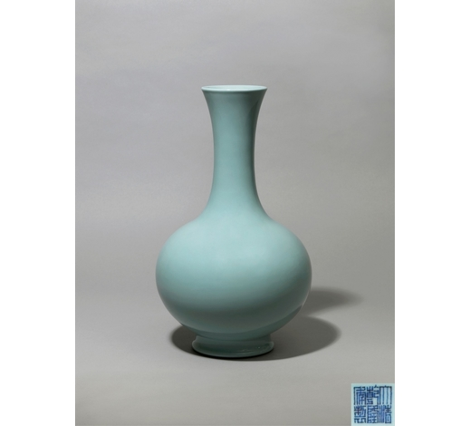 Duton's UK清乾隆 天青釉仿汝长颈瓶大清乾隆年制 六字三行篆书款 A PALE BLUE GUAN-TYPE GLAZED BOTTLE VASEQING DYNASTY, QIANLONG SIX-CHARACTER SEAL MARK AND OF THE PERIOD (1736-1795)