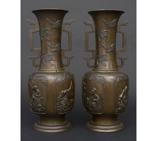 Auktionshaus SchwabPaar Bronzevasen mit Figuren und Kranichdekor / A pair of vases with figures and cranes, Japan, um 1900