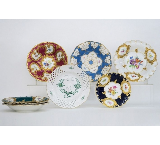 DVClot with 8 plates and dishes in porcelain, marked 'Meissen'