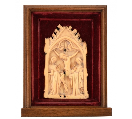 Carlo Bonte AuctionsAn alto relievo carved chapel-like shaped ivory plaque depicting the crucified Christ flanked by the Holy Mother and Saint John, the scene set beneath a gothic trefoil arch, probably French - 14th century; 20thC mounted in a red velvet-covered niche that is surrounded by a mahogany frame, H 13,4 - W 7,9 cm Added expertise report according to CITES legislation. For European Community use only.