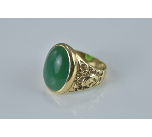 Ma San AuctionA 9ct gold ring inserted with green stone. Stamped 375
