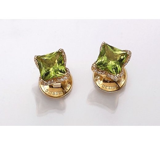 Henry'sPair of 18 kt gold earrings with peridot and diamonds