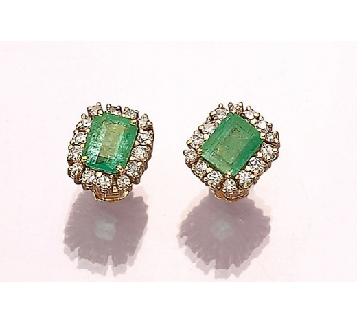 Henry'sPair of 18 kt gold earrings with emeralds and diamonds