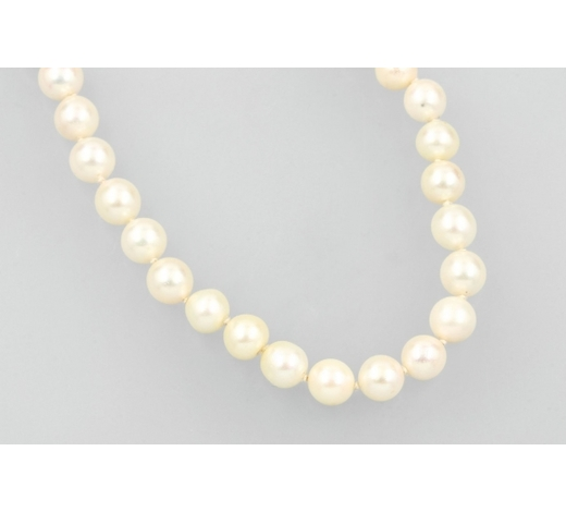 Henry'sNecklace of cultured akoya pearls