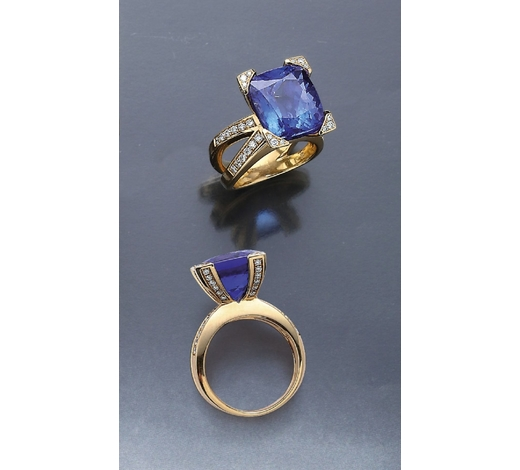 Henry'sExtraordinary 18 kt gold ring with tanzanite and brilliants
